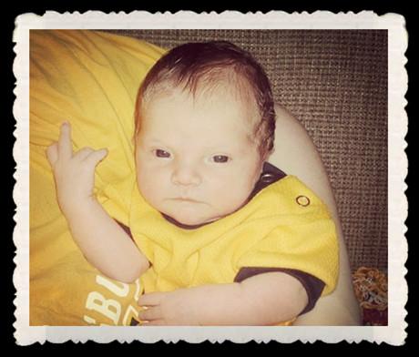 """让宝宝教你学做黑帮""""专用手势"""""""