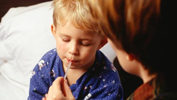 孩子发烧不能做的四件事 盖厚被子
