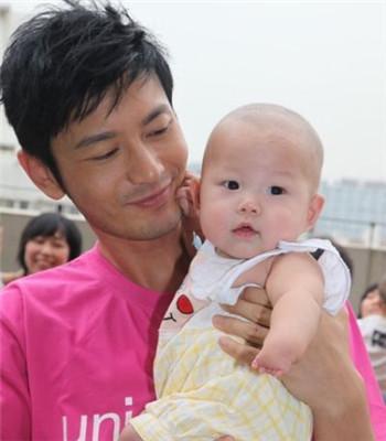 爸爸怀抱婴儿手绘