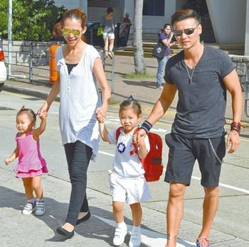 蔡少芬张晋送女儿上学 很暖很有爱