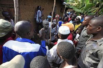 民们围绕在准备割礼的少年身边-揭秘肯尼亚男子割礼 无麻药残忍割