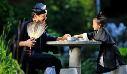 照片中,小道姑表情生动可爱,十分逗趣,与师父或对弈或学琴,抚琴模样