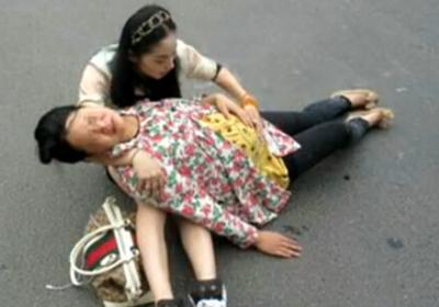 孕妇街头被撞倒 奥迪女司机救助