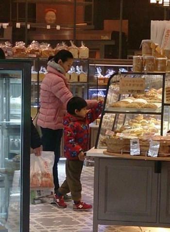素颜带着儿子逛超市