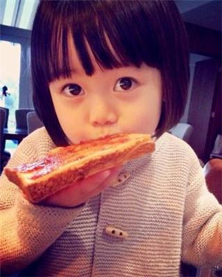 吃货从娃娃抓起:星二代萌娃的可爱吃相