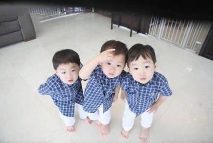 男星三胞胎儿子贺年照萌翻网友  韩国男星宋一国为自己的三胞胎儿子