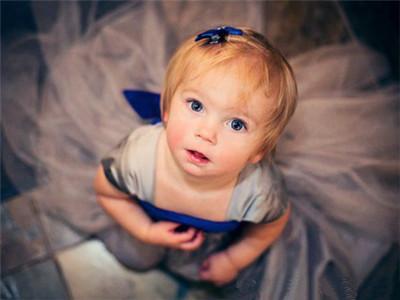 父母都希望宝贝能有着像外国宝宝那样的金发碧眼,浑然天成一个洋娃娃