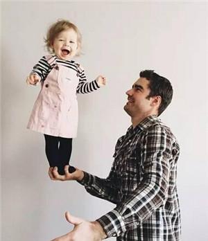 爸爸和孩子最喜欢玩举高高了.