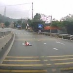 宝宝在高速上悠哉爬行 司机被吓惨
