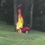 妈妈发现异样 抱走孩子后玩具车自燃
