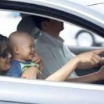 三个熊孩子在车内闹腾 妈妈回头望一眼撞飞路人