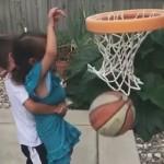 妹妹投篮失败 暖心哥哥让她破涕为笑