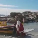 好嗨哟!圣诞老人送礼物,结果一头栽进海里