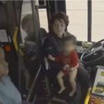幼童高速路上赤脚奔跑 公交司机紧急救娃