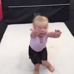 """小女孩体操训练""""完美""""着陆,表情太卡哇伊了!"""