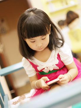 长时间玩手机 小心疾病找上娃