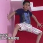 """现实版""""蜘蛛侠""""!印度男童徒手爬墙,毫不费力"""