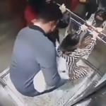女子临产被医院2次拒收,回家后在电梯内秒生娃