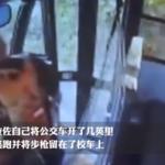 逃兵劫持校车,因受不了提问将孩子们赶下车
