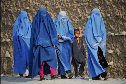 塔利班治下的女性——平民把女婴扔向英军,女市长在等死